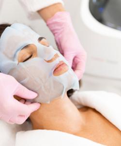 NU'CLINIC-ošetrenie BabyFaceBeauty-LaseMD-aplikácia hydratačnej masky